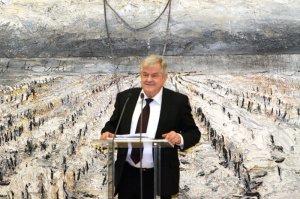 "Gastreder Peter Iden vor Anselm Kiefer's ""Tönend wie des Kalbs Haut die Erde"", 2011, Foto: Peter Kuffner"