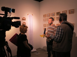"""A new star on """"art-heaven""""… Vanja Babić in front of his work """"5% for the Art """" giving his first TV interview after the opening, Foto: Sammlung Essl"""