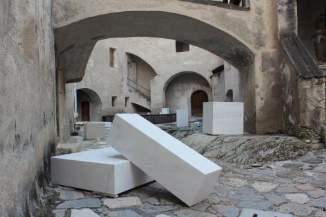 Innenhof von Schloss Kastelbell mit einer Installation von Esther Stocker (Foto: Günther Oberhollenzer)