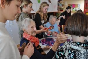 """Das Projekte """"Sprachlosigkeit überwinden"""" bringt SchülerInnen und Demenzkranke Menschen zueinander."""