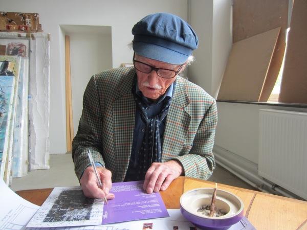 Hans Staudacher ergänzt die Einladungskarte seiner Ausstellung, Foto: Sammlung Essl