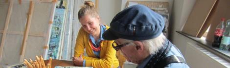 Kuratorin Viktoria Tomek im Gespräch mit Hans Staudacher in seinem Atelier, Foto: Sammlung Essl