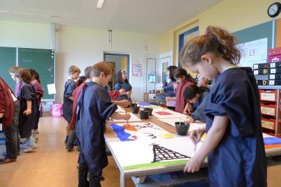 Ein gemeinsames Abenteurbild entsteht im Atelier (c) Essl Museum