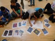 Die Schüler erstellen einen Hängeplan für die Ausstellung (c) Essl Museum