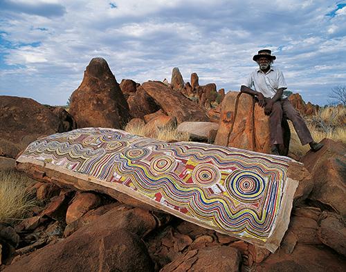 Darby Jampijinpa Ross mit einem Werk, Yuendumu © Neil McLeod