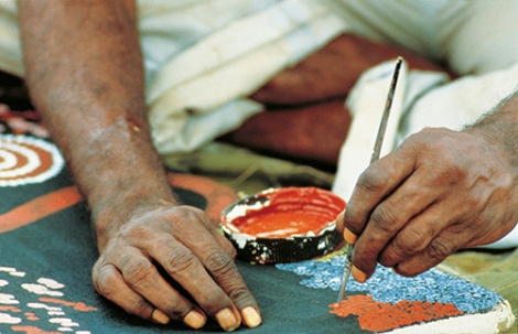 Aboriginal-Künstler beim Anfertigen eines Dotpaintings © Michael Aird