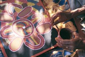 Aboriginal Künstler beim Anfertigen eines Dotpaintings © Michael Aird