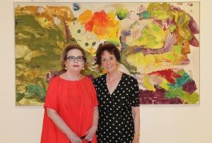Yvonne Weiler und Agnes Essl vor einem Werk von Max Weiler. Foto: Essl Museum
