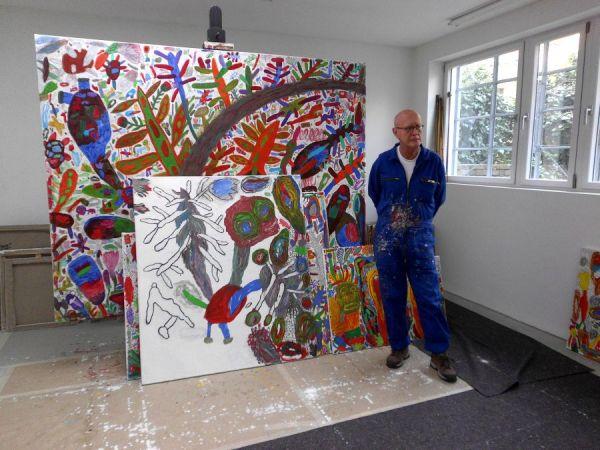 Peter Pongratz in seinem Atelier, im Hintergrund neue Arbeiten, die nun vollendet auch in der Ausstellung zu sehen sind. © Sammlung Essl, 2014