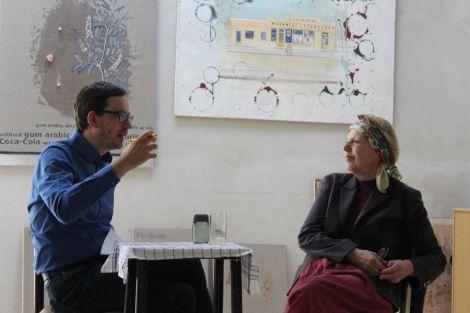 Günther Oberhollenzer und Johanna Kandl im Gespräch im Wiener Atelier der Künstlerin, Foto: Eva Köhler